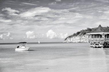"""Картина, постер, плакат, фотообои """"морская лагуна с лодкой на голубой воде на облачном небе постеры картины фото черно-белые"""", артикул 191304116"""