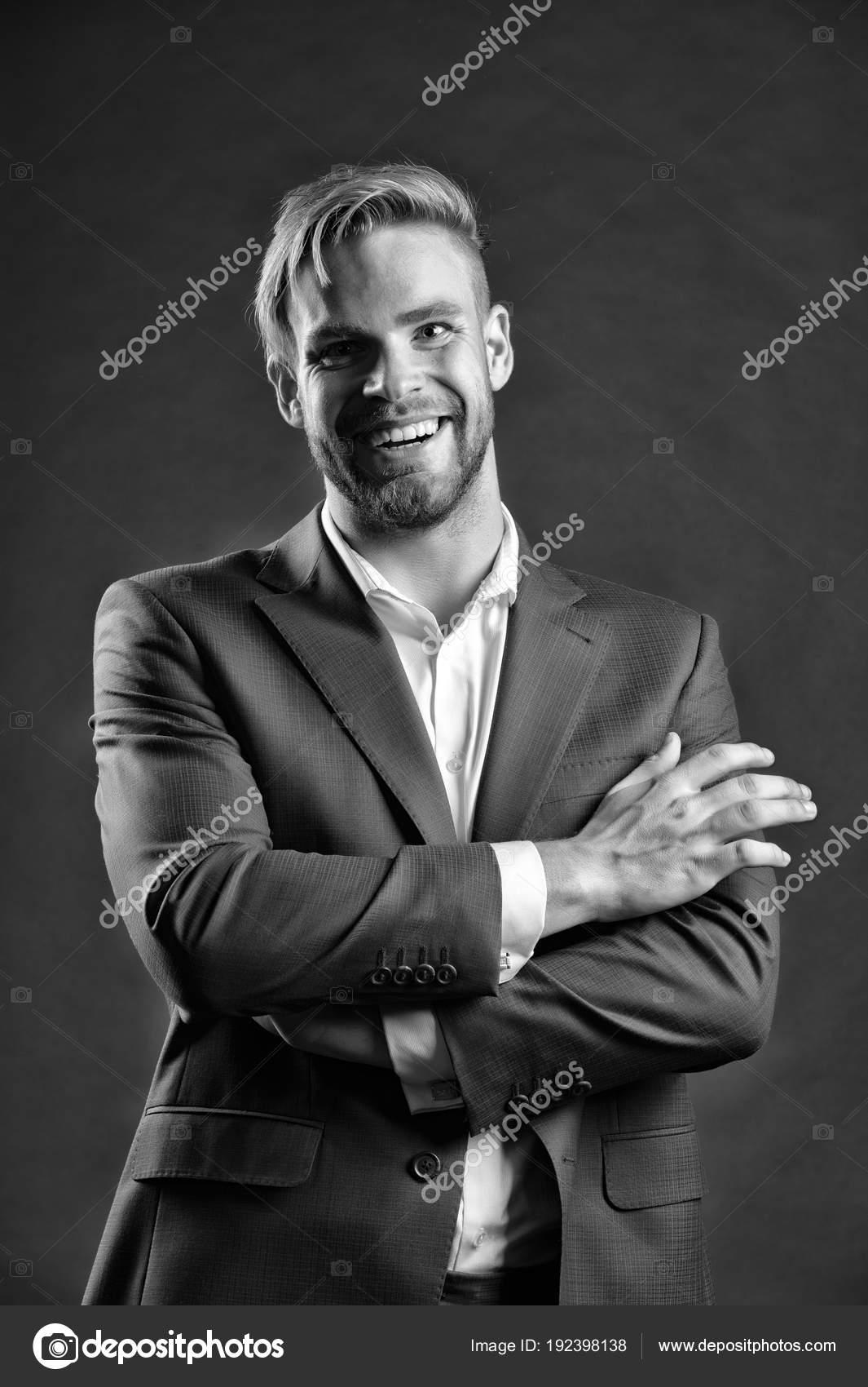 Uomo con barba e capelli alla moda. Amministratore delegato felice in abito  formale. Moda 7c4588e615e