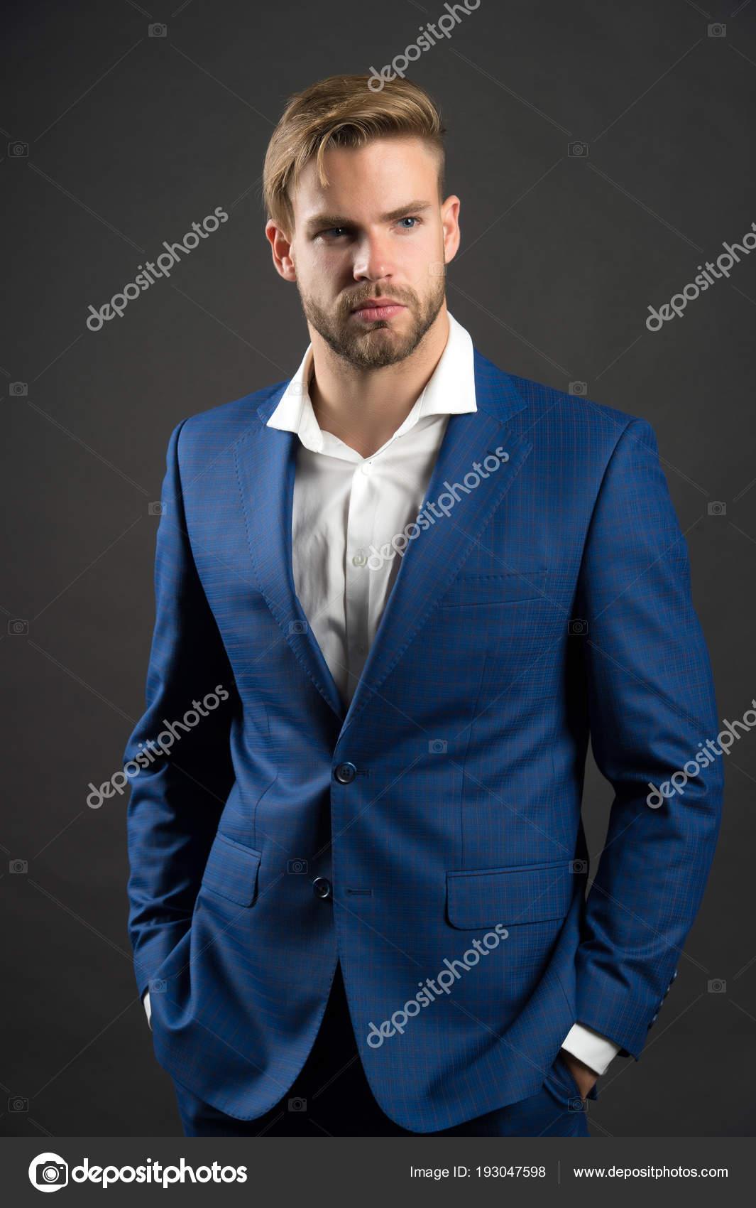 13fbefe2c2 Divat férfi-kék öltöny zakó és ing. Szakállas arca és elegáns haj  üzletember. Igazgató, divatos hivatalos ruhát. Dress code-koncepció.