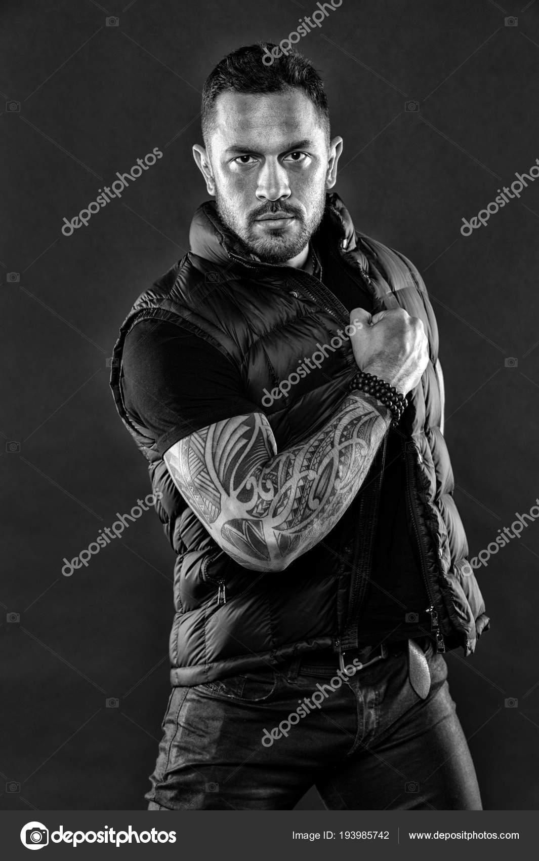macho avec tatouage sur le bras homme muscl tatou en. Black Bedroom Furniture Sets. Home Design Ideas