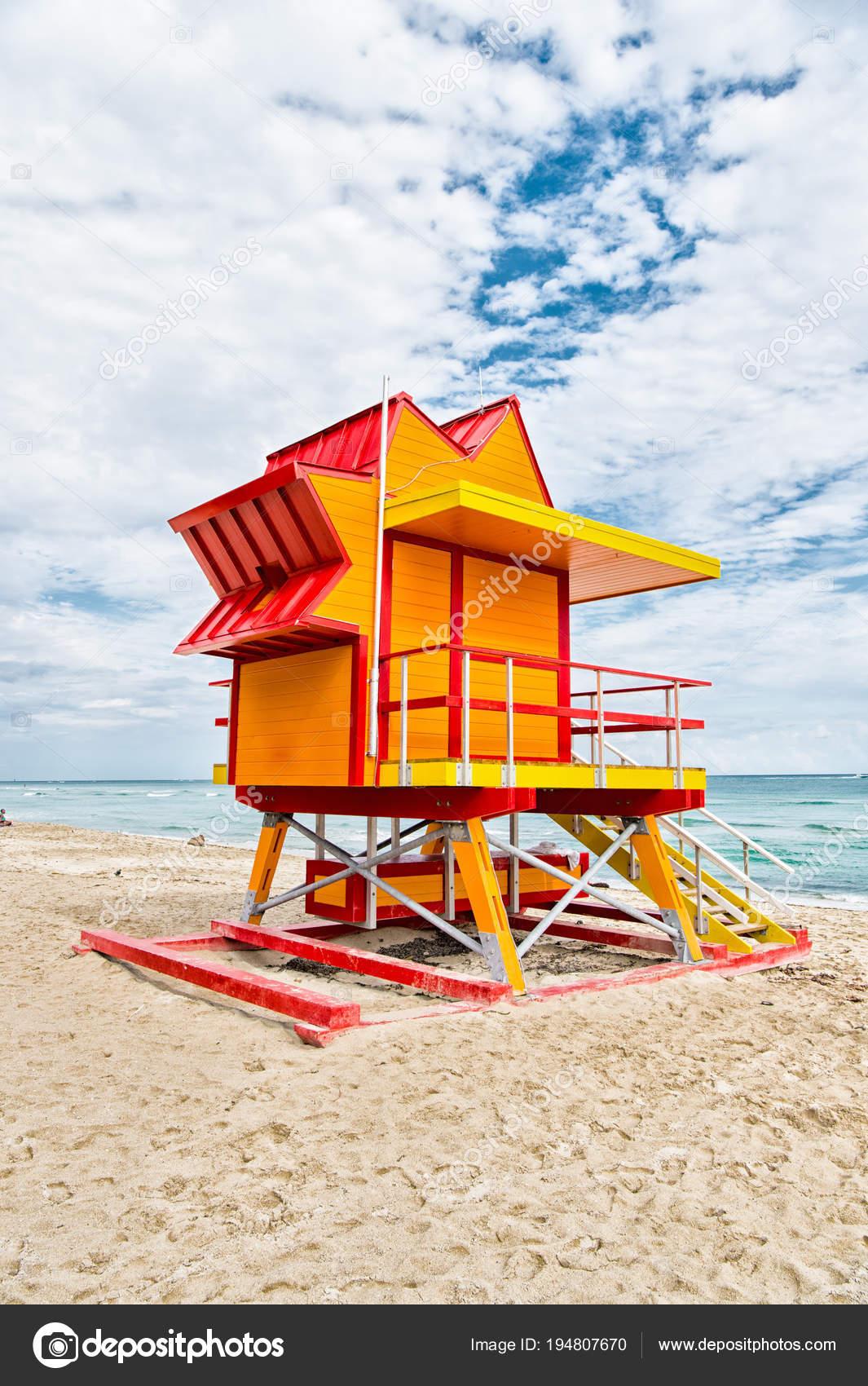 1a79d45b94a1 Plavčík dům na písčité pláži v miami, usa. Věž pro záchranu baywatch ...