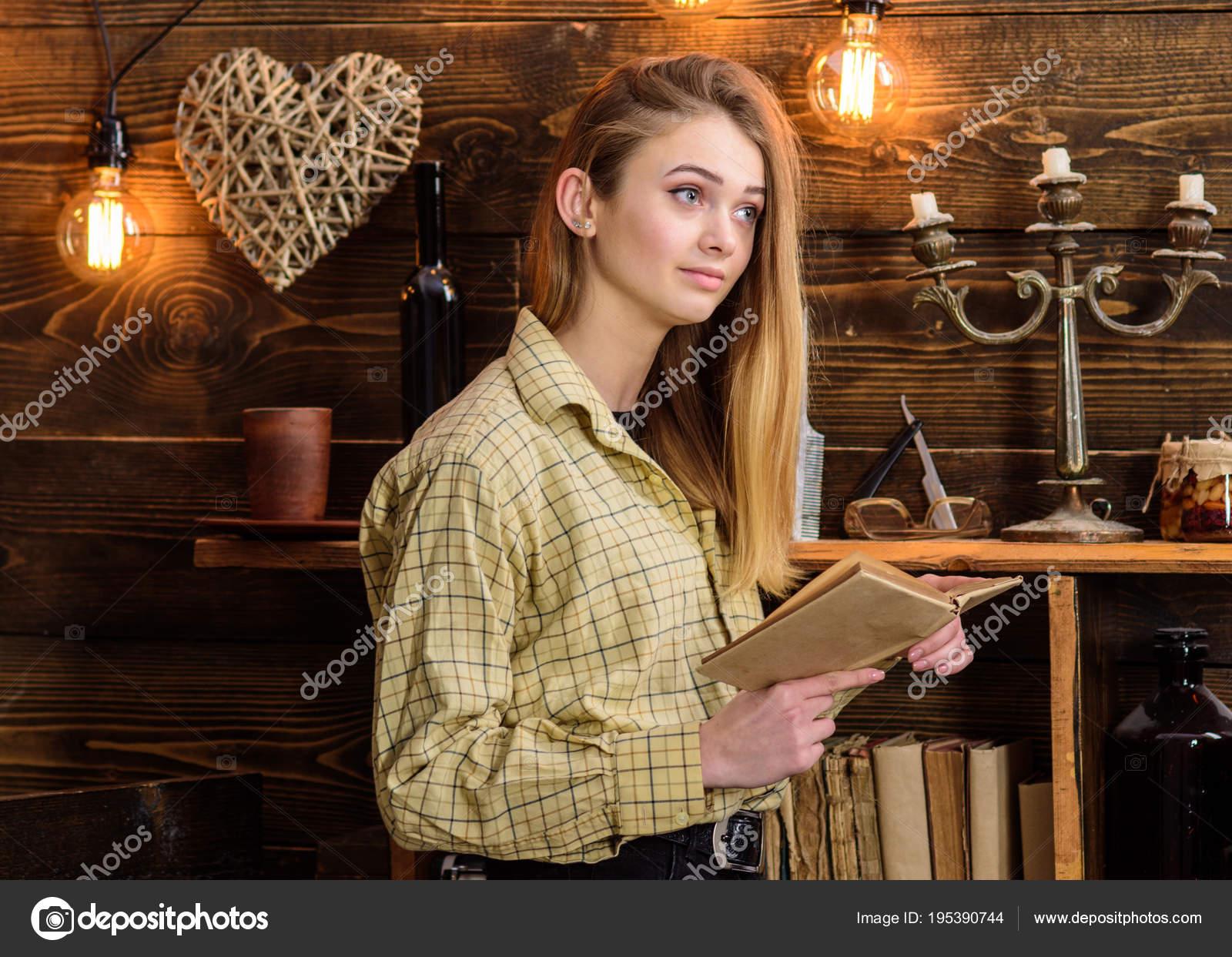 3f6cbc8974dd Concetto di sera di poesia. Lettura di poesia nella calda atmosfera della  ragazza. Signora sul viso sognante in plaid vestiti tiene il libro