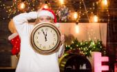 Čas na zimní párty. Santova čepice drží hodiny. Čas oslavovat. Nový rok odpočítávání. Neočekávaně brzy. Půlnoční koncept. Něco si přej. Veselé Vánoce. Čas na zázraky. Zbývá pár minut