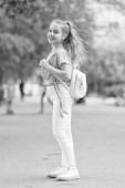 Fotografie voller Energie. Mädchen sorgenfreies Kind. Kinder mit langen Haaren gehen gerne. Sommerferien. Kleines Kind geht gern spazieren. Gesundheit, gute Laune und positive Energie. Energetisches Kind. Energie sparen für lange Fußmärsche