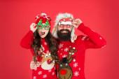 Fotografie Koncept otcovství. Rodina nosí zimní svetry. Bavte se. Vánoční vzpomínky. Rodinné hodnoty. Táta a dcera slaví Nový rok. Rodinná dovolená. Šťastná rodina. Malá dívka a veselý otec muž