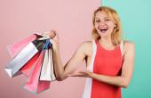Fotografie Produktpräsentation. Shopaholic-Frauen halten Einkaufstüten in der Hand. Geschenke für die Urlaubsvorbereitung. Sommerrabatt. Sonderangebot am Schwarzen Freitag. Ladenschließung. glückliche Shopperin. Großer Verkauf