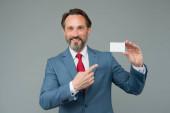 Használj kártyát, amikor a pénz számít. Az üzletember ujjal mutogat a kártyára. Fizetés bankkártyával. Online vásárlás. Vásároljon és fizessen hitelkártyával. Üzleti információkért, másolás