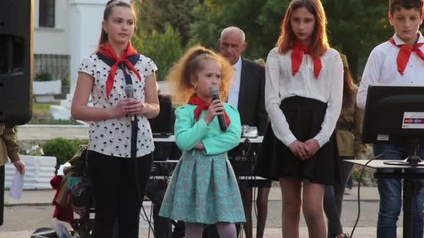 Moldawien Kahul 09.05. 2019.ein sehr junger Pionier spricht mit Gedichten über den Zweiten Weltkrieg im Park.
