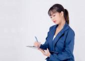 Gyönyörű portré fiatal üzleti ázsiai nő gondolkodás és írás