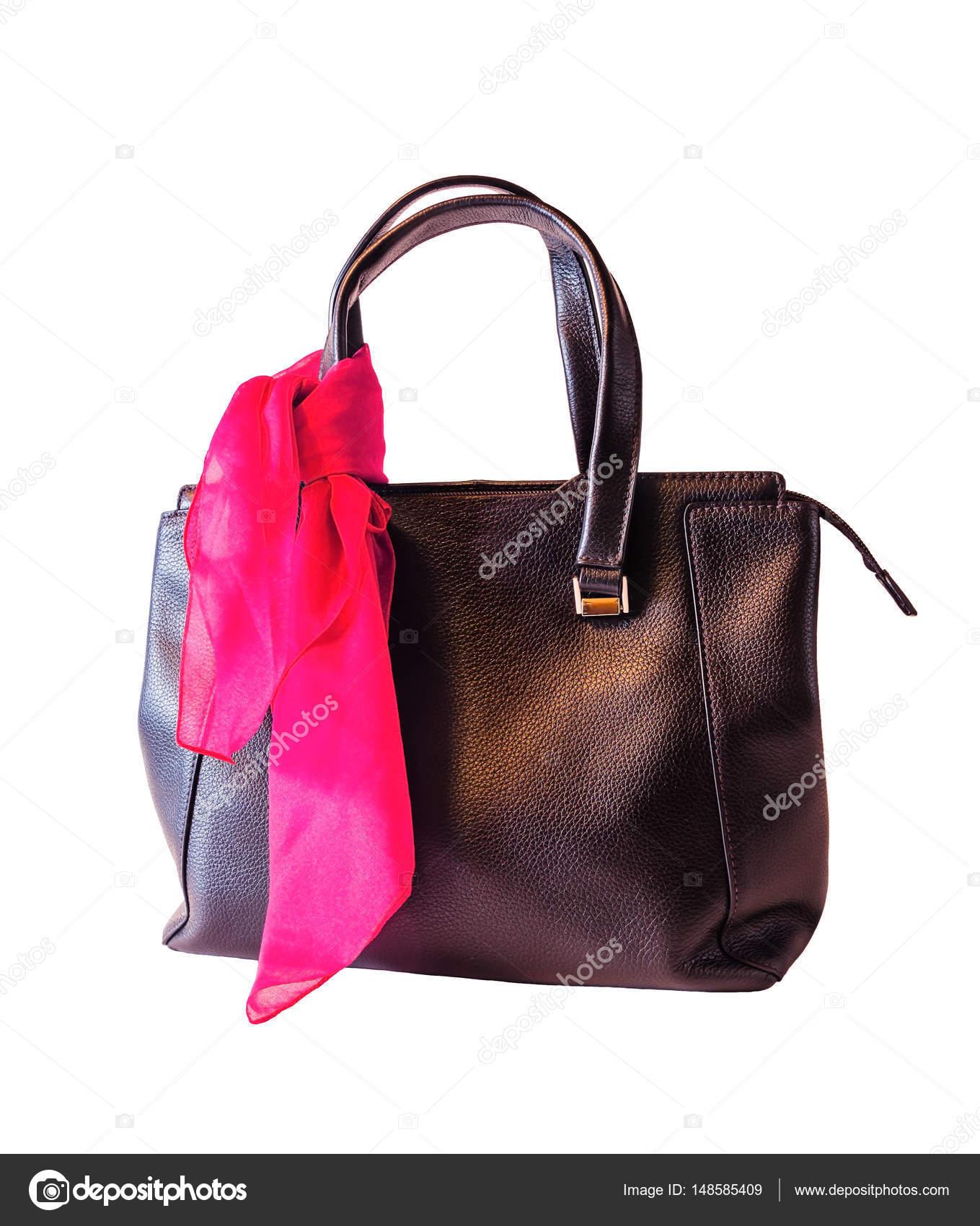 3b1d969129 Μαύρη δερμάτινη τσάντα και ροζ φουλάρι που απομονώνονται σε λευκό φόντο — Εικόνα  από ...