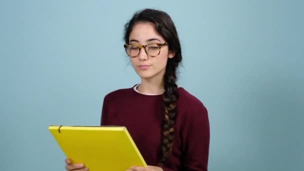 Lehrerin mit Brille bewertet ihre Schüler auf blauem Hintergrund
