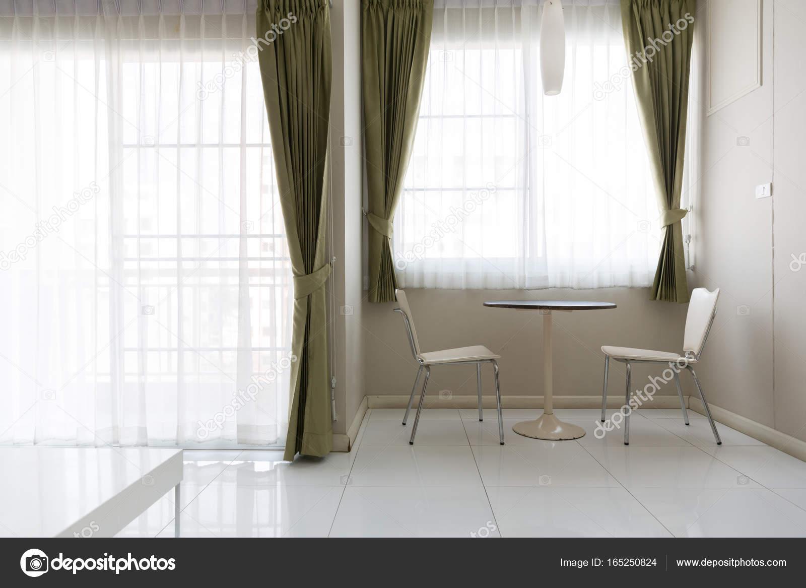 Interieur kleine eettafel en stoel in de woonkamer met wit ...