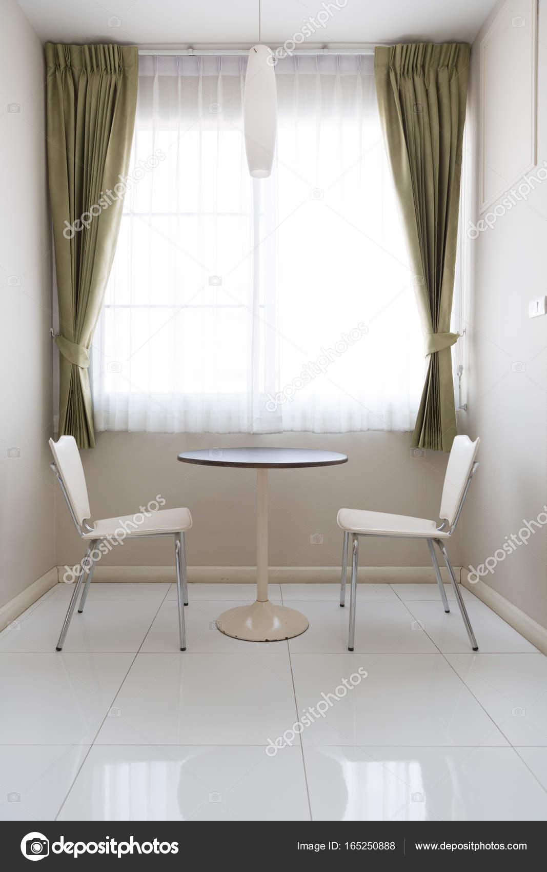 https://st3.depositphotos.com/2766632/16525/i/1600/depositphotos_165250888-stockafbeelding-interieur-kleine-eettafel-en-stoel.jpg