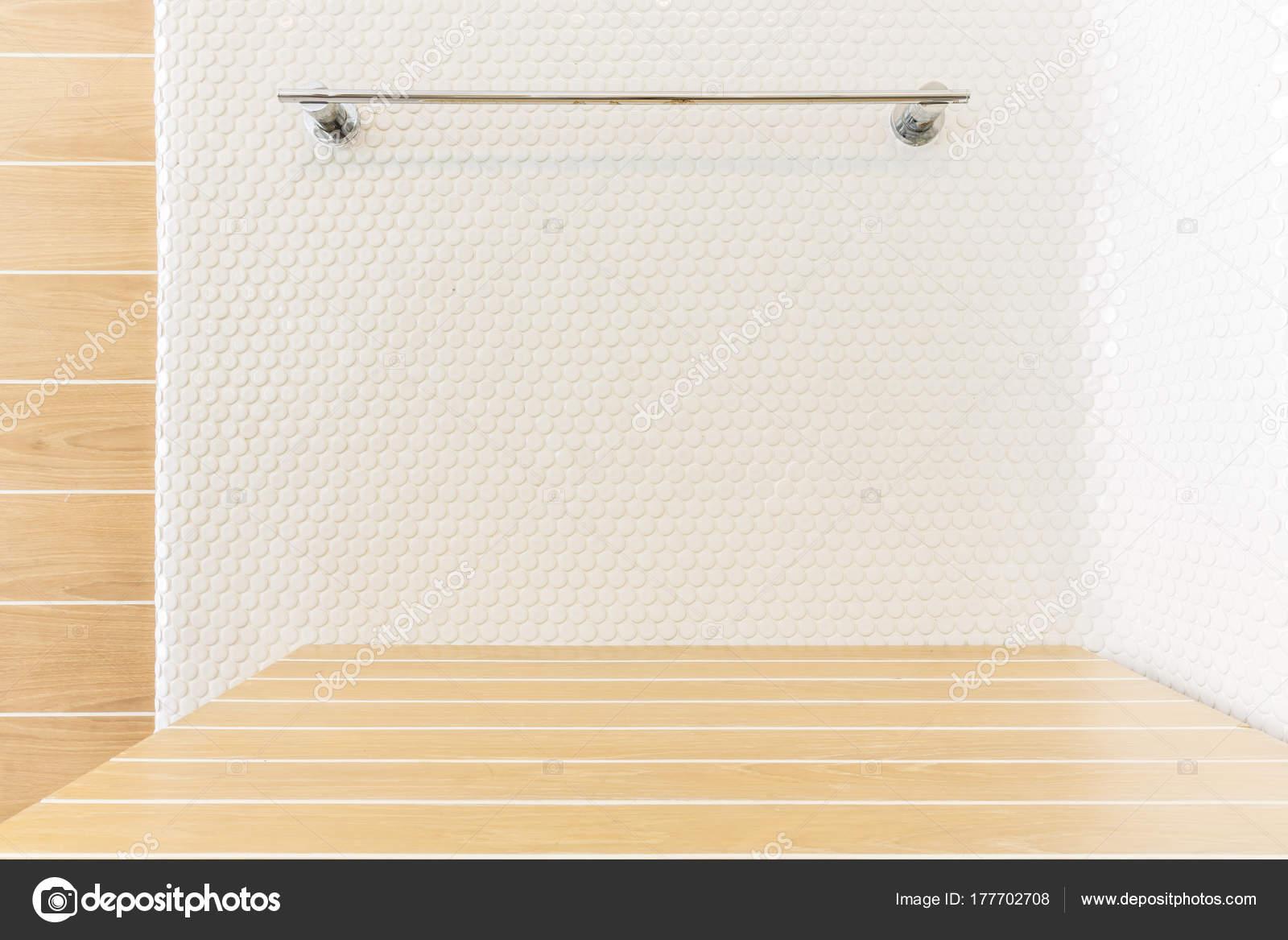 houten tafel met mozaïek tegel en hanger in badkamer — Stockfoto ...