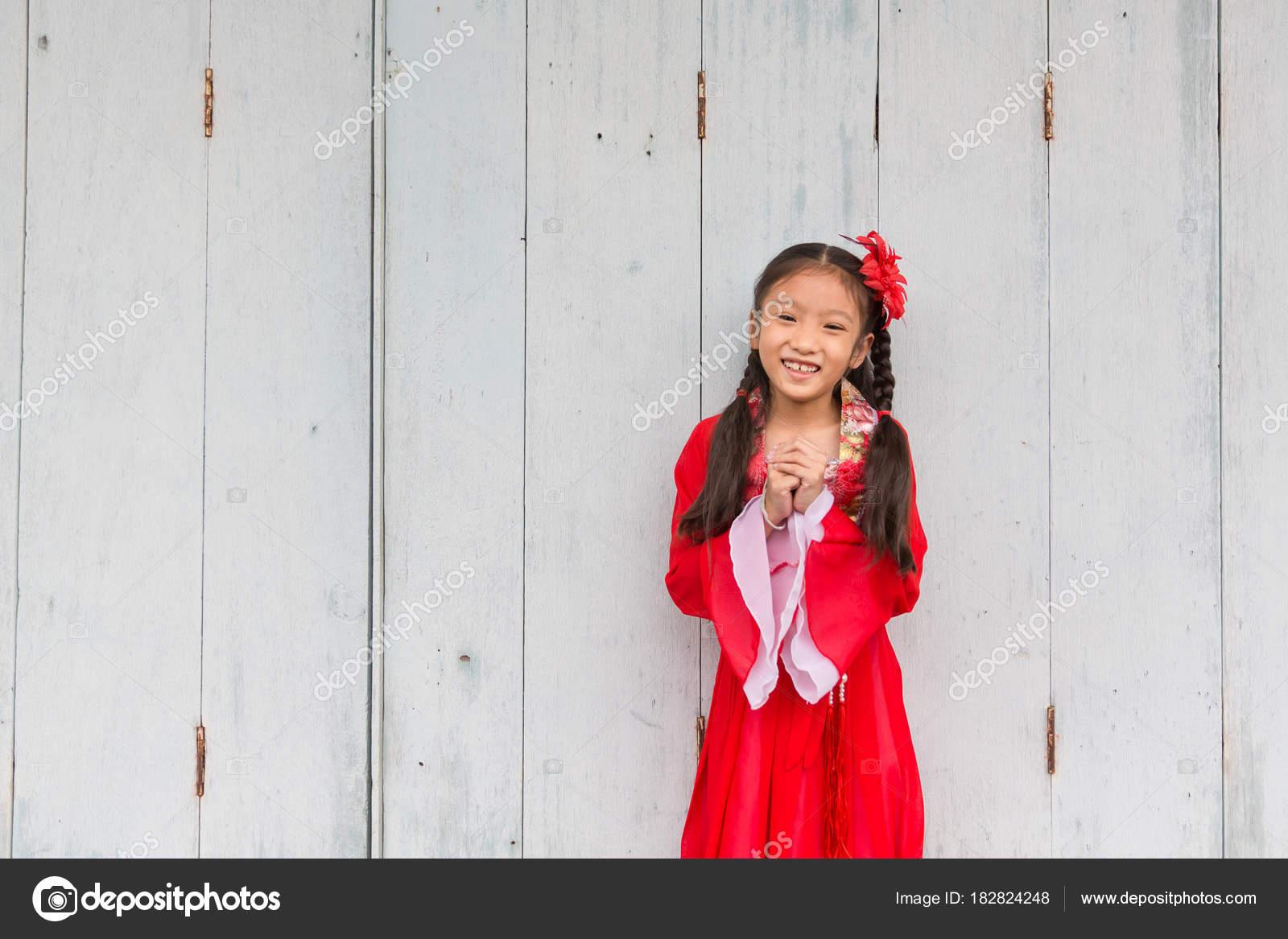 e78e599147e339 Jong Chinees meisje in een rode jurk poseren voor een viering van het  nieuwe maanjaar — Foto van ...