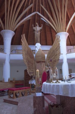 Cskszereda Miercurea Ciuc,  April 21, 2018 In the Millennium Church, the shape of the winged altar is reminiscent of a beehive. Behind it is a statue of the Resurrection sculpture.