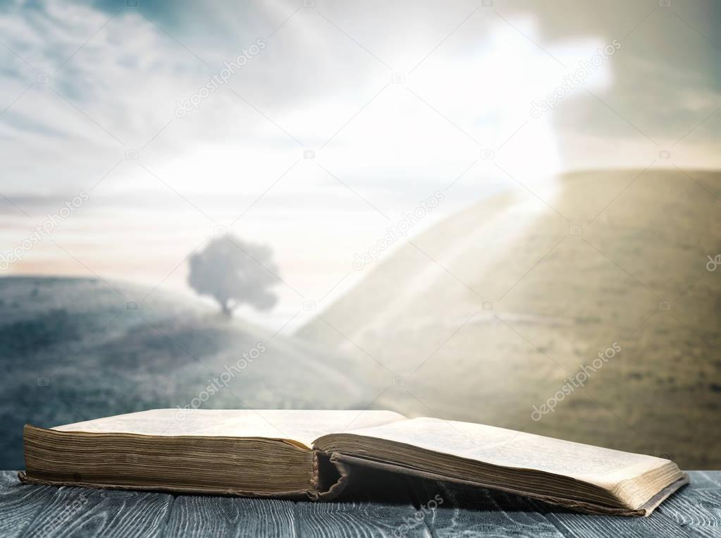 Biblia Abierta Y Cruz — Foto