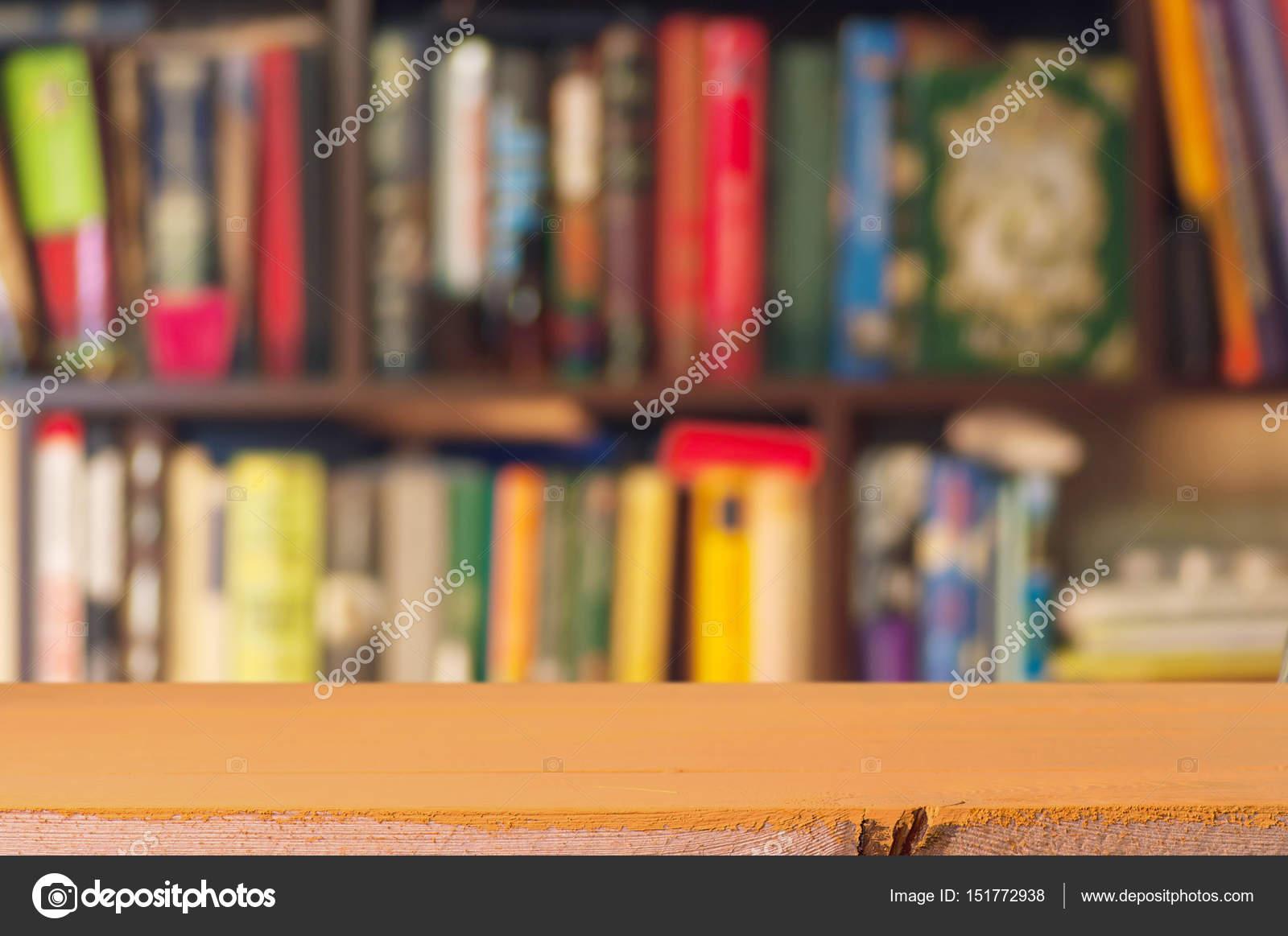 Bücherregal mit Büchern und Tabelle — Stockfoto ...
