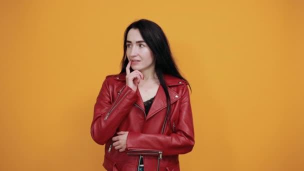 Portrét nervózní ustaraná mladá žena dívající se na kameru, hryzající nehty