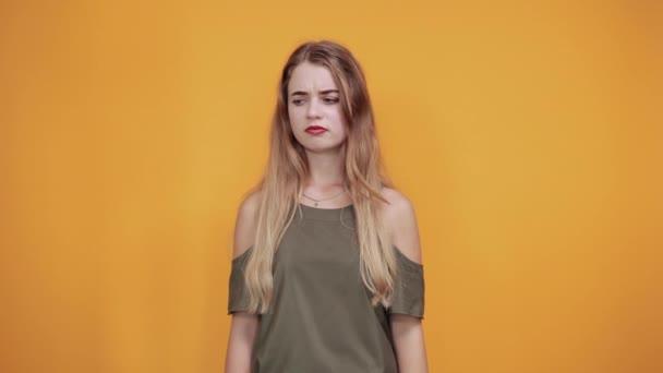 fiatal nő meglepett arckifejezés, eltakarja a száját kézzel