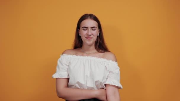 Kranke junge Frau hält Hand auf Wange, Kopfschmerzen