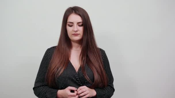 Šokovaný youg žena ukazující dlaně na kameru s otevřenými ústy.