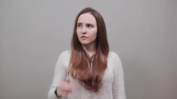 Meglepett vonzó kaukázusi nő tartja a kezét a fejét, korrigálja a haját