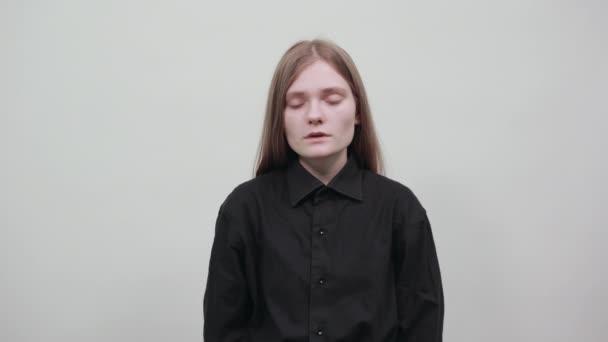 unglückliche kaukasische junge Frau hält die Hand auf dem Kopf und hat Kopfschmerzen.