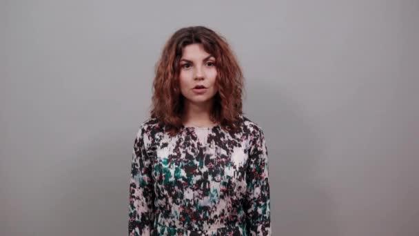 glücklich kaukasische junge Frau hält die Fäuste hoch und macht Siegergeste