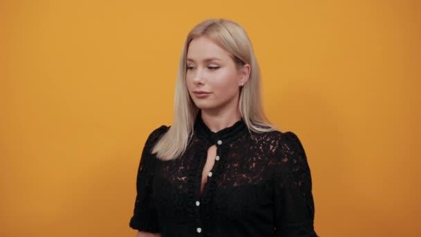lány fekete ruha sárga háttér egy komoly nő méri mérete volumen