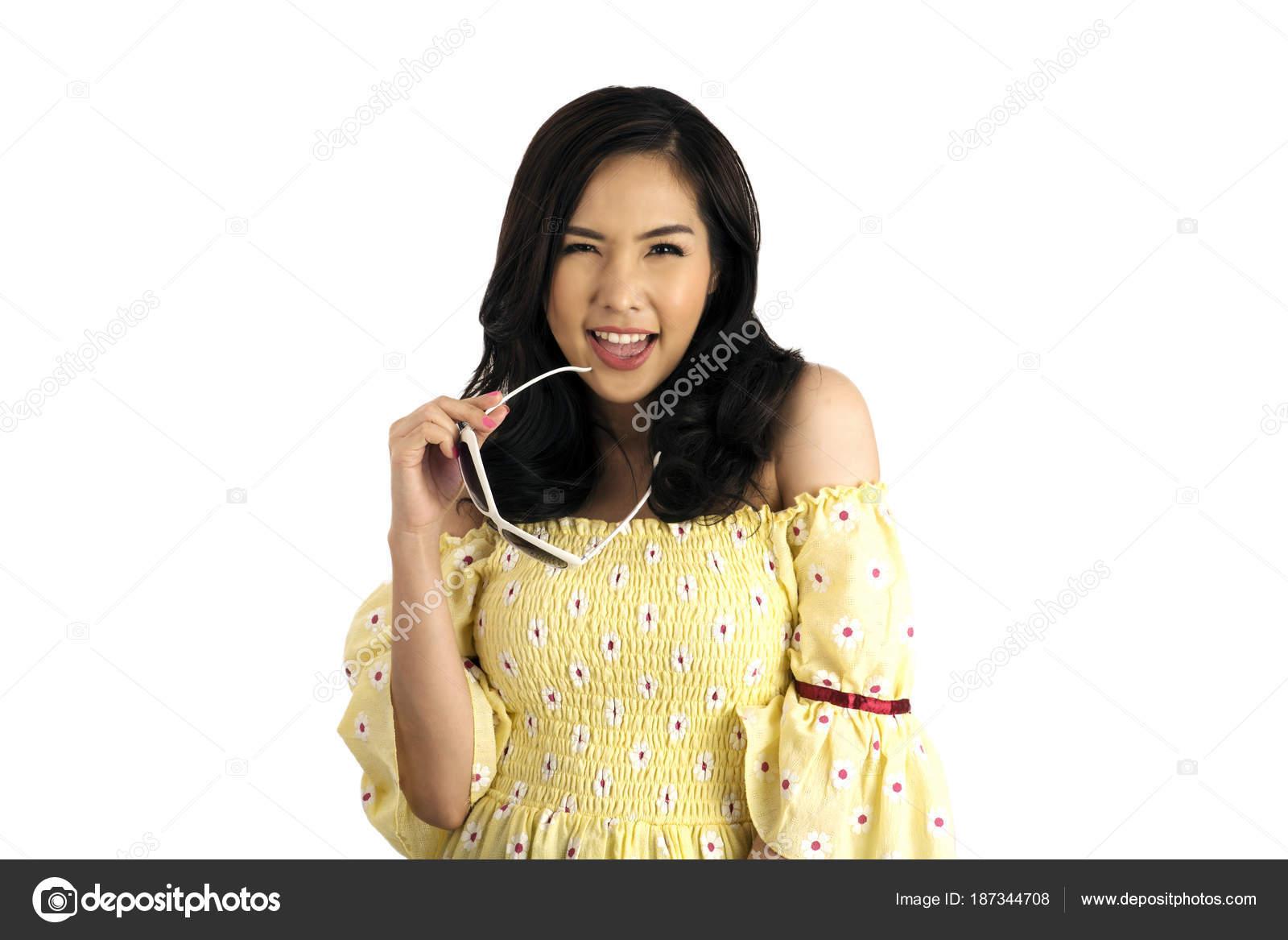 5bf657d6c10 Jolie fille asiatique portant la robe à fleurs jaune avec lunettes de  soleil dans la main qui pose en studio sur fond blanc — Image de  pandpstock001