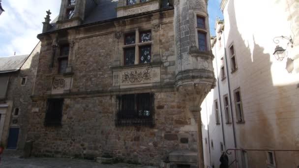 Le mans, architektura starého města, Rue de la reine Brangre (Queen Berangere silnice), s výhledem na katedrálu v pozadí. Le Mans, Francie, 28.2.2021