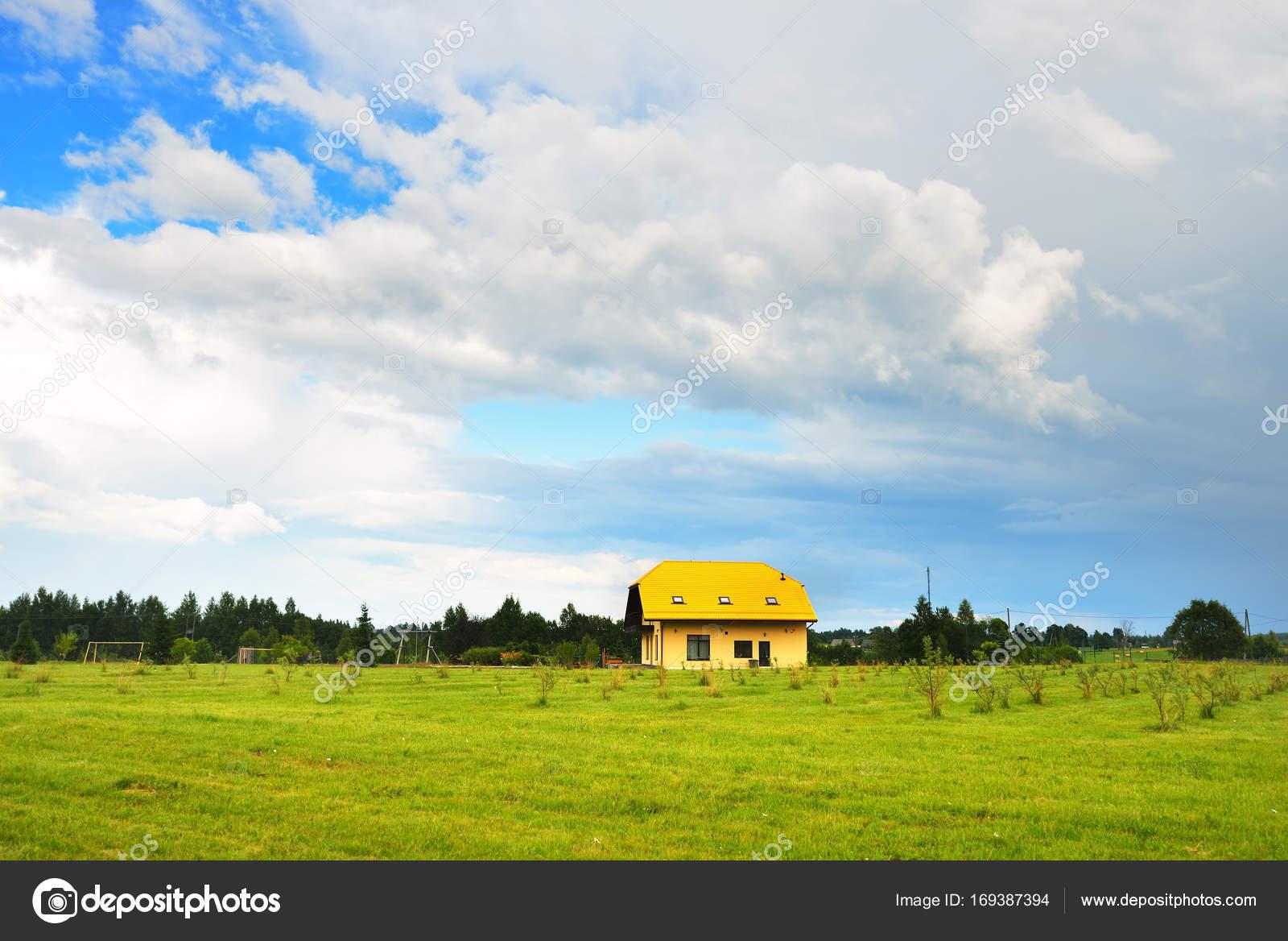 Modernes Landhaus im grünen Feld — Stockfoto © alex.stemmer #169387394