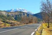 Strada diritta della montagna in Alpi francesi