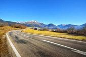 Una strada asfaltata in montagne delle Alpi Francia