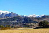 villaggio di montagna davanti a Alpi francesi