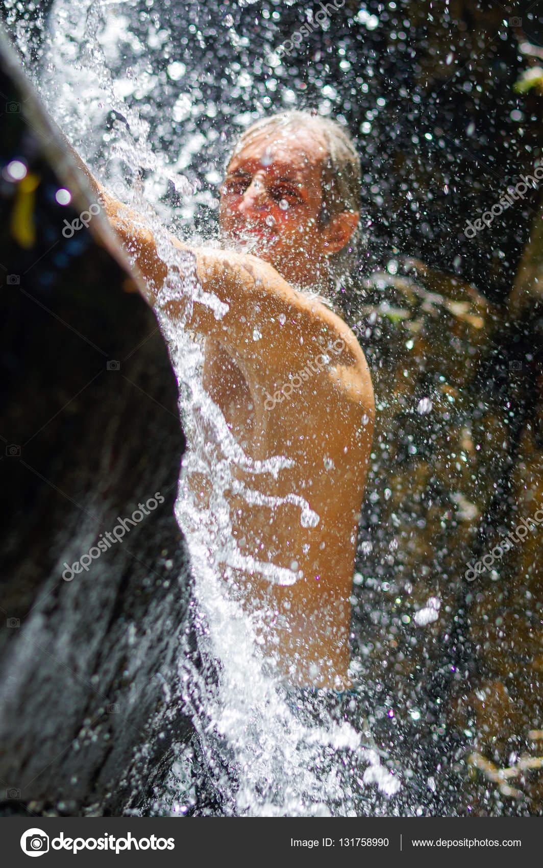 Charming Un Uomo Che Prende Una Rilassante Doccia Sotto Una Cascata Di Fuori U2014 Foto  Di Evolutionnow
