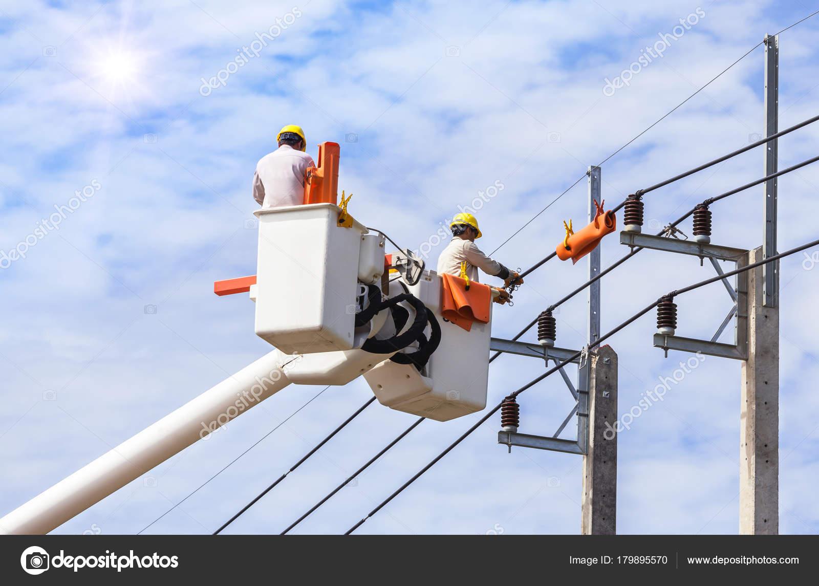 Elektrikářské práce ve výškách s kbelík hydraulická zdvihací plošina– Stock  Editorial Fotografie 27a2ffb358