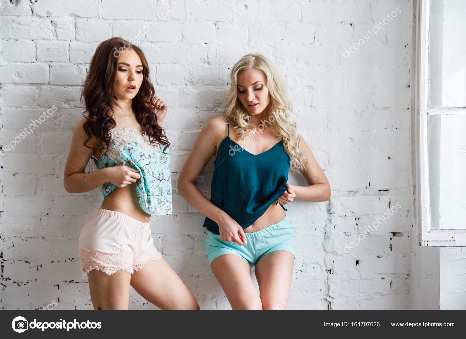 Jvenes modelos en pantalones cortos y top foto de stock jvenes modelos en pantalones cortos y top foto de stock altavistaventures Image collections