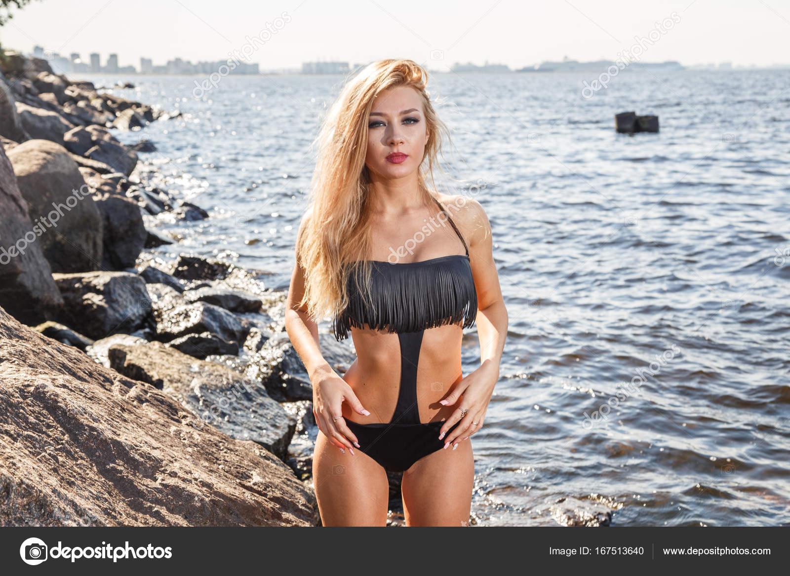 devushki-devushki-v-bikini-u-reki-foto-foto-golih