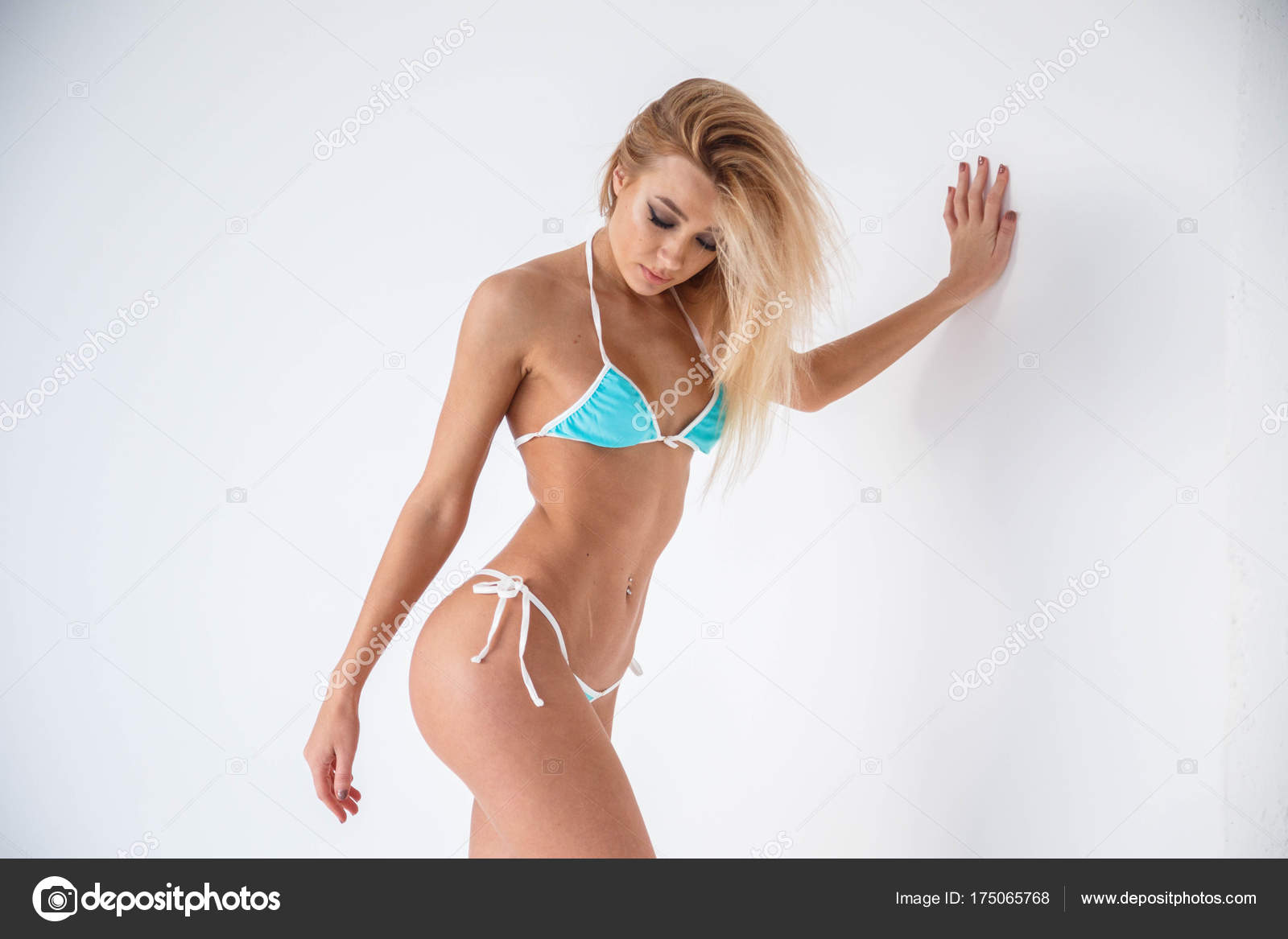 Очень красивая молодая блондинка в белом белье, порно туб писающие в туалете