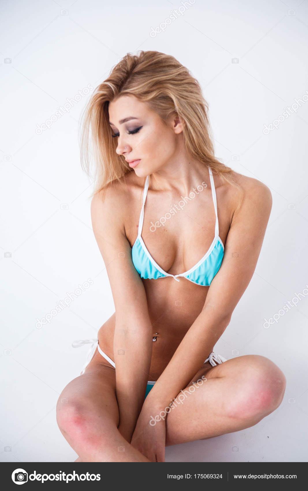 ochen-krasivaya-molodaya-blondinka-v-belom-bele-struyniy-orgazm-novinki-smotret-onlayn
