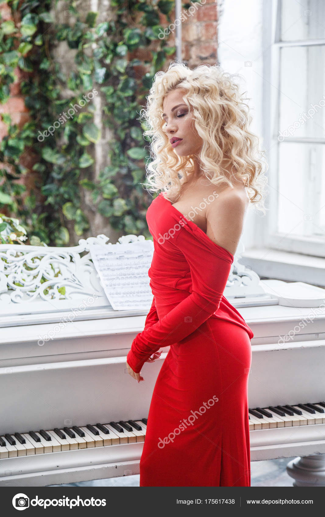 c6d8940de83a Μόδα στούντιο πορτρέτο του όμορφη ξανθιά γυναίκα με σγουρά μαλλιά και κομψό  μακιγιάζ