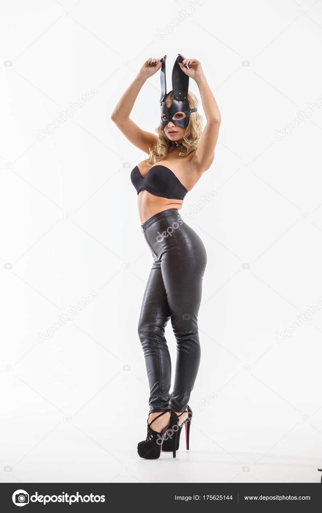 e4994112ef59 Studio Ολόσωμο Πορτρέτο Του Όμορφη Ξανθιά Γυναίκα Φορώντας Μαύρο Κολάν– εικόνα  αρχείου