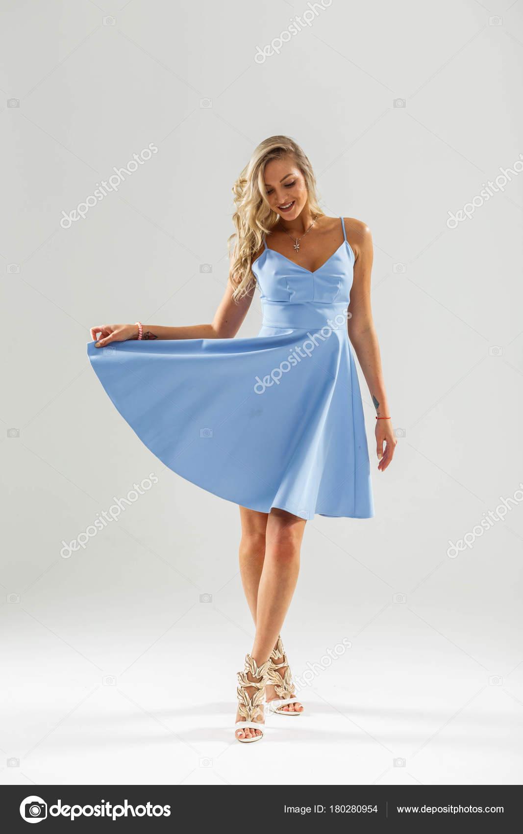 Vestido azul y blanco zapatos