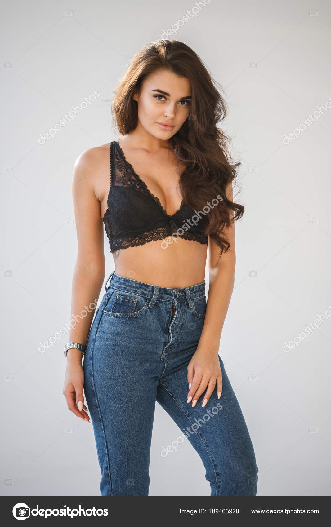 Бутылкой красивые модели в сексуальных джинсах фото фото