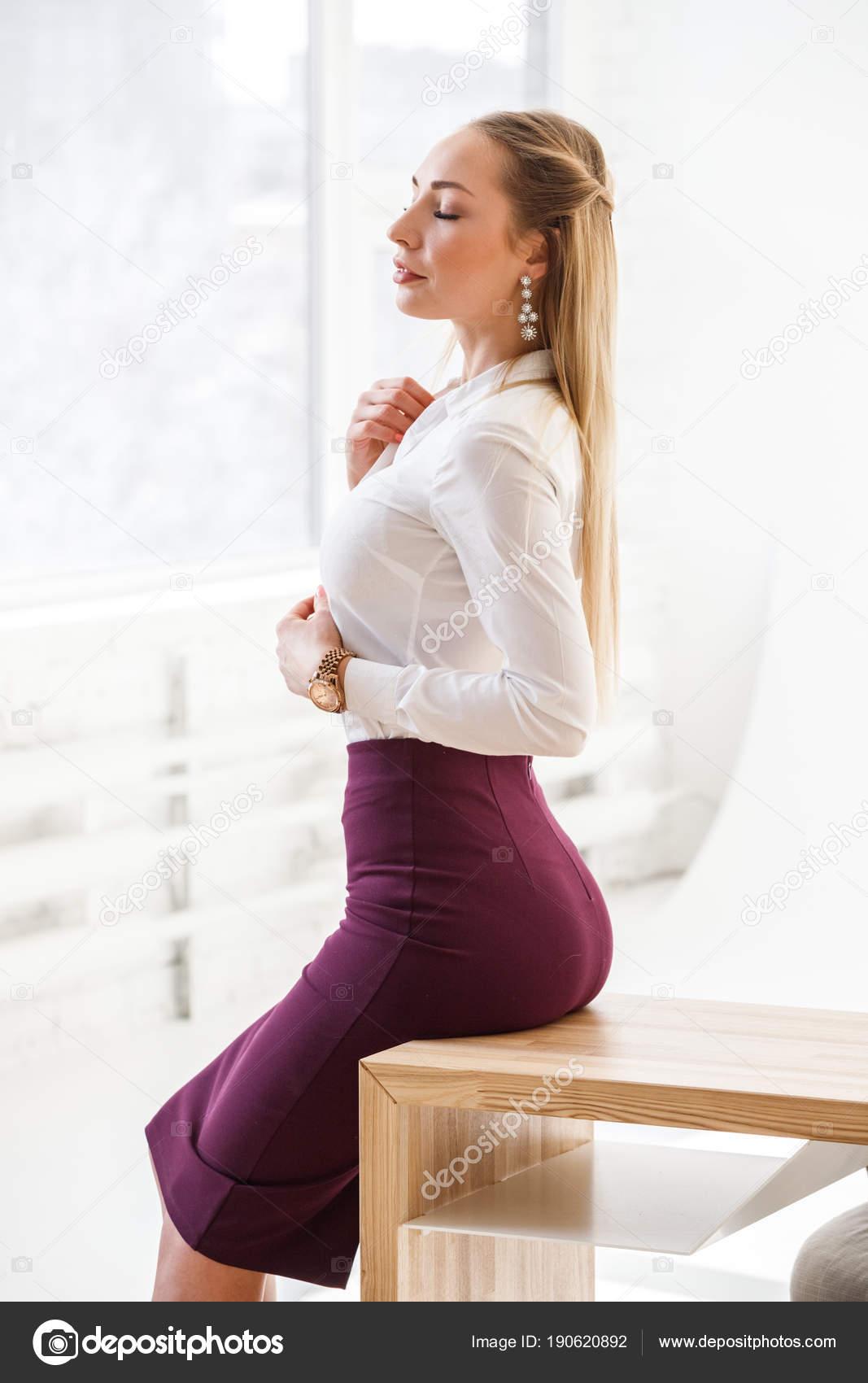 Девушка в юбке офис