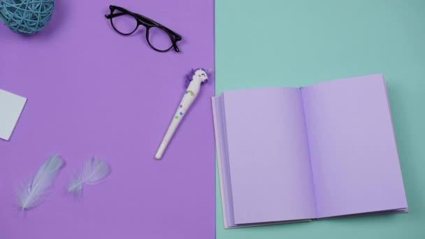 Papírnictví pro kreativitu a práci zastavit pohyb na barevném pozadí. Zábavná animace pohybu věcí, barevné schéma levandule a tyrkysu. Koncept kreativity umění