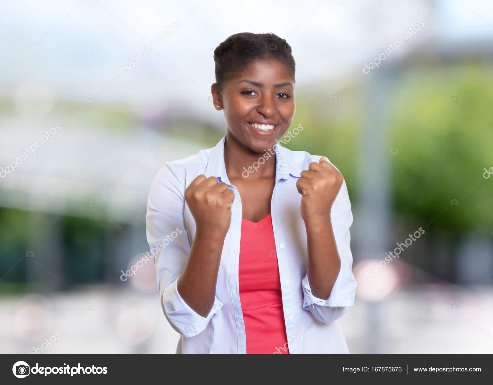 704759fced Giovane donna afro-americana con vestiti casual incoraggiante — Foto ...