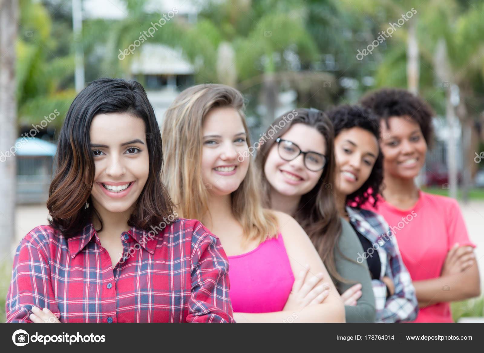 chicas en la linea